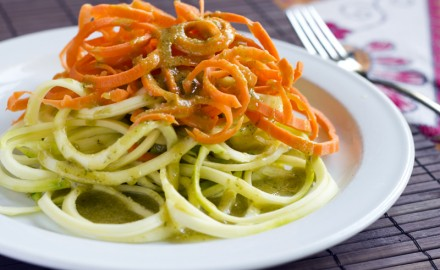 Espaguetis crus amb pesto de cacahuets