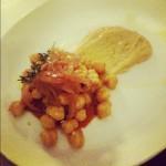 Garbanzos crujientes, cebolla avinagrada con salsa de tomate y hummus