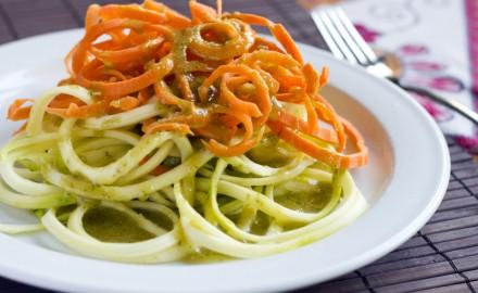 Espaguetis crus amb pesto de cacahuets